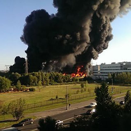 Moskwa, Rosja - Słup czarnego dymu nad rzeką, w której pękł rurociąg z mazutem -1