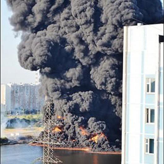 Moskwa, Rosja - Słup czarnego dymu nad rzeką, w której pękł rurociąg z mazutem -2