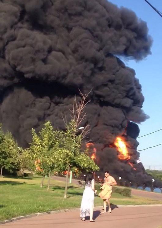 Moskwa, Rosja - Słup czarnego dymu nad rzeką, w której pękł rurociąg z mazutem -3