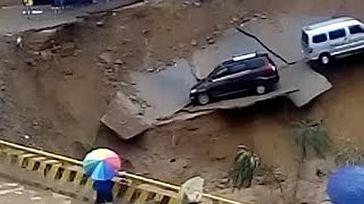 Shanxi Yonghe, Chiny - Ulewny deszcz podniósł gwałtownie poziom rzeki, która podmyła drogę