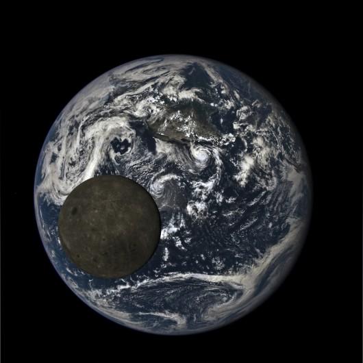 Sonda Deep Space Climate Observatory wykonała zdjęcie ciemnej stronie Księżyca na tle Ziemi