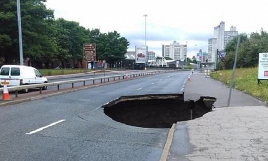 UK - Potężna dziura na środku drogi w centrum Manchesteru, głębokość 12 metrów