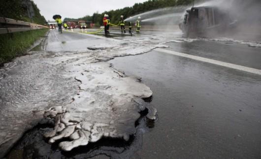 Zagłębie Ruhry, Niemcy - Na autostradzie A1 przewrócił się transporter wiozący ciekłe aluminium -1