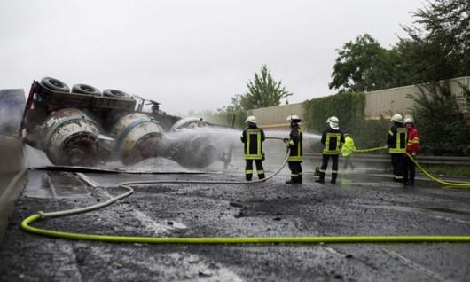 Zagłębie Ruhry, Niemcy - Na autostradzie A1 przewrócił się transporter wiozący ciekłe aluminium -3