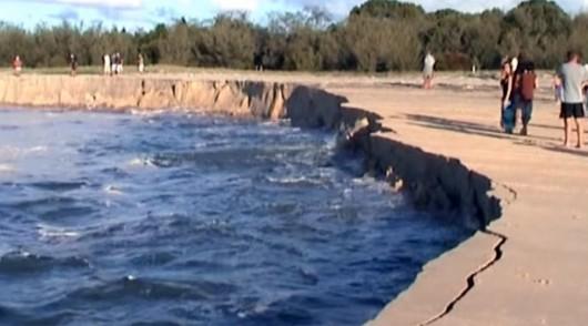 Australia - Ogromny lej krasowy wchłonął kemping w Rainbow Beach -2