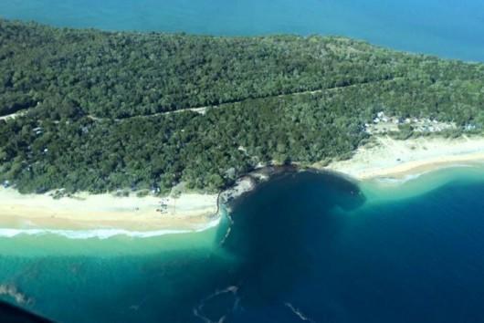 Australia - Ogromny lej krasowy wchłonął kemping w Rainbow Beach