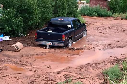 Colorado City, USA - Krótka i potężna ulewa spowodowała powódź i lawiny błotne -2