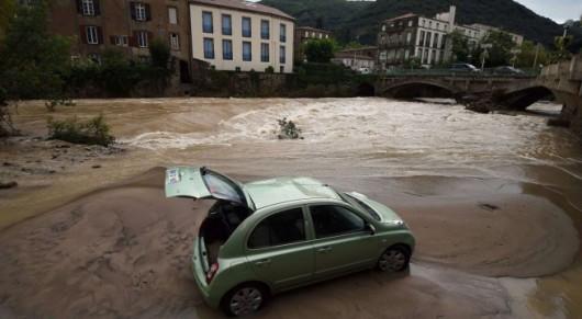 Francja - Ulewny deszcz nad Marsylią, w poniedziałek ciąg dalszy -7
