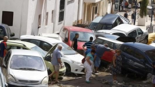 GRA311. ADRA (ALMERÍA), 07/09/2015.- Imagen del centro del municipio de Adra, donde la tromba de agua caída esta mañana ha arrastrado coches, provocado anegaciones de calles e inundaciones en bajos, sótanos y locales comerciales. Los servicios de emergencias han rescatado hoy a una treintena de personas, que habían quedado atrapadas en el interior de sus vehículos a causa de la lluvia.- EFE/Carlos Barba