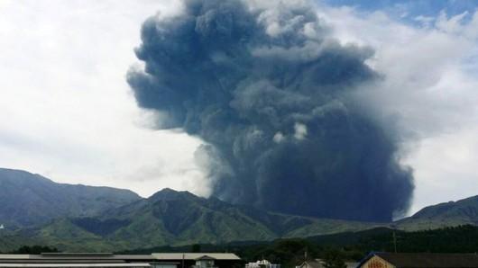 Japonia - Erupcja wulkanu Aso, popiół poleciał na 2 kilometry do góry