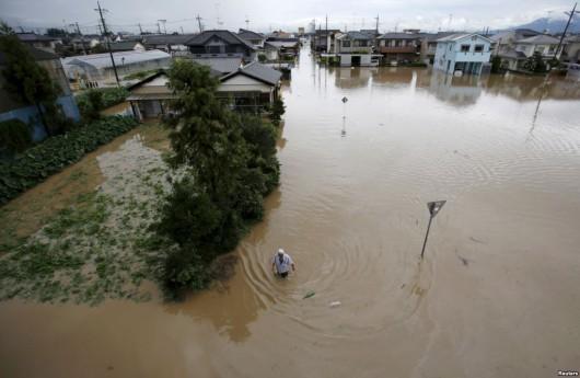 Joso, Japonia - Ogromne opady deszczu doprowadziły do przerwania wałów przez rzekę Kinugawa, popłynęły nawet domy -1