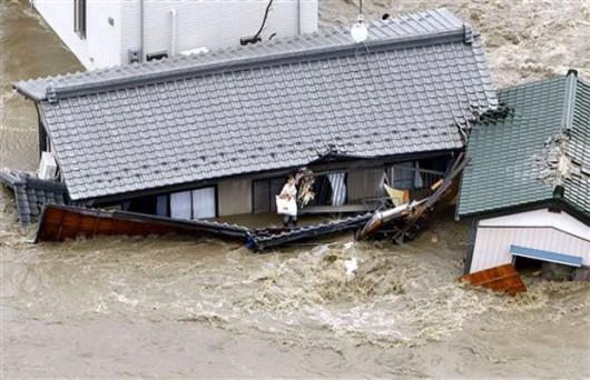 Joso, Japonia - Ogromne opady deszczu doprowadziły do przerwania wałów przez rzekę Kinugawa, popłynęły nawet domy -2