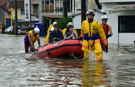 Joso, Japonia - Ogromne opady deszczu doprowadziły do przerwania wałów przez rzekę Kinugawa, popłynęły nawet domy -3
