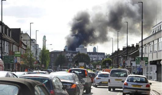 Londyn, UK - Pożar w największej świątyni muzułmańskiej w Europie Zachodniej, pali się meczet Baitul Futuh -2