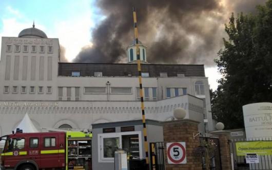 Londyn, UK - Pożar w największej świątyni muzułmańskiej w Europie Zachodniej, pali się meczet Baitul Futuh -3