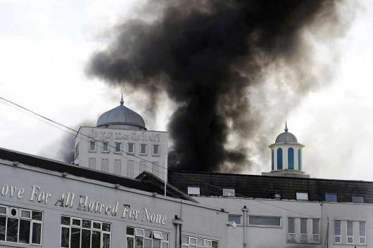 Londyn, UK - Pożar w największej świątyni muzułmańskiej w Europie Zachodniej, pali się meczet Baitul Futuh