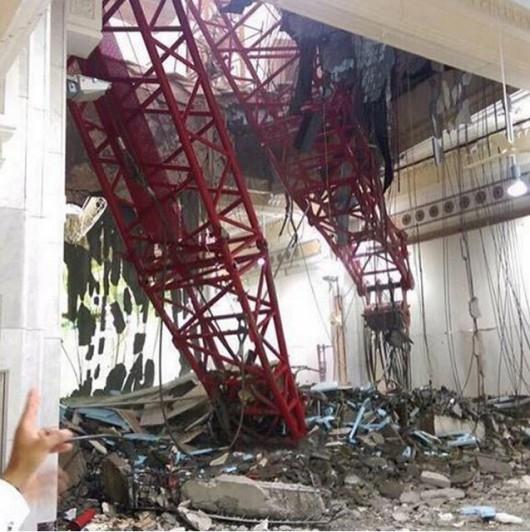 Mekka, Arabia Saudyjska - Podczas silnej burzy wywrócił się duży dźwig na wielki meczet -1