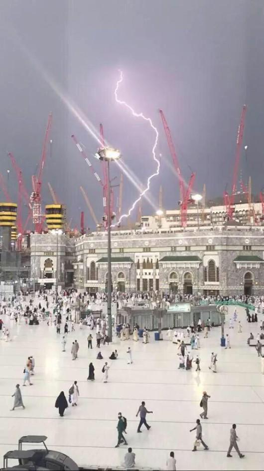 Mekka, Arabia Saudyjska - Podczas silnej burzy wywrócił się duży dźwig na wielki meczet