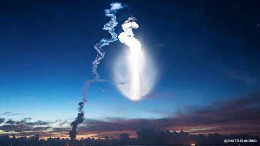 Przylądek Canaveral, USA - Wystartowała rakieta Atlas V i rozświetliła niebo na niebiesko -1