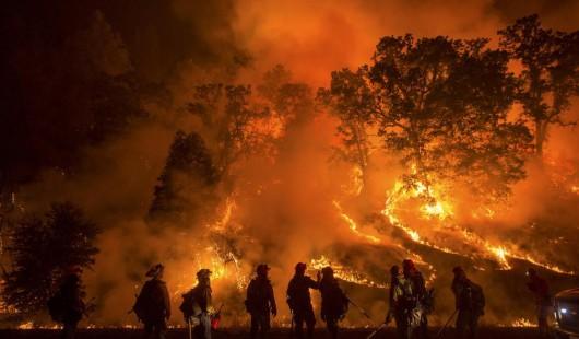 USA - Trzy potężne pożary w Kalifornii, palą się 54 tysiące hektarów, spłonęło 81 domów -1