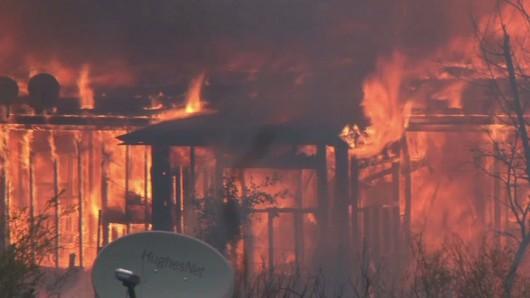 USA - Trzy potężne pożary w Kalifornii, palą się 54 tysiące hektarów, spłonęło 81 domów -2