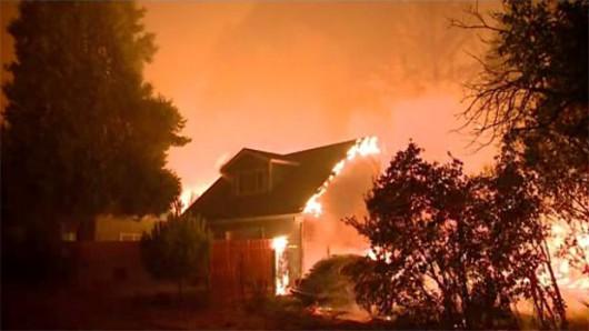 USA - Trzy potężne pożary w Kalifornii, palą się 54 tysiące hektarów, spłonęło 81 domów -3