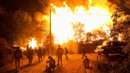 USA - Trzy potężne pożary w Kalifornii, palą się 54 tysiące hektarów, spłonęło 81 domów -4