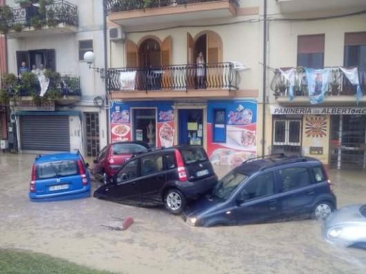 Włochy - Nawałnice na Sycylii, samochody pływały w miastach -1