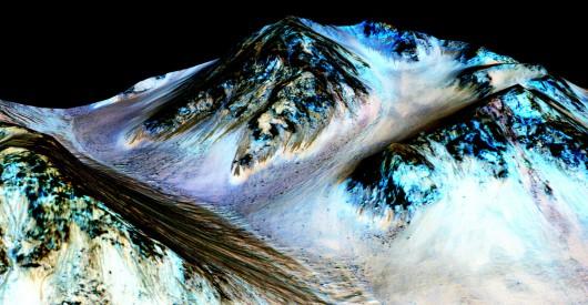 Ciemne strumienie to prawdopodobnie słona woda /NASA /