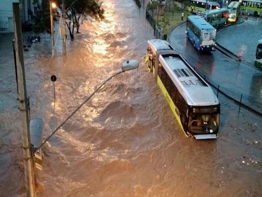 Belo Horizonte, Brazylia - Ulice dwumilionowego miasta zamieniły się w rwące rzeki -8