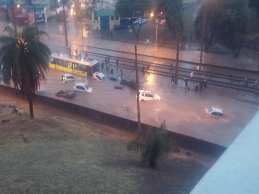 Belo Horizonte, Brazylia - Ulice dwumilionowego miasta zamieniły się w rwące rzeki -9