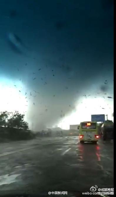 Chiny - Przez miasto Foshan w prowincji Guangdong przetoczyło się tornado