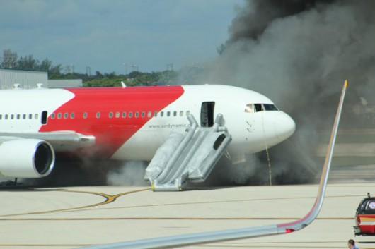 Floryda, USA - Na lotnisku zapalił się silnik samolotu pasażerskiego -2