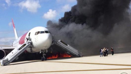 Floryda, USA - Na lotnisku zapalił się silnik samolotu pasażerskiego -4
