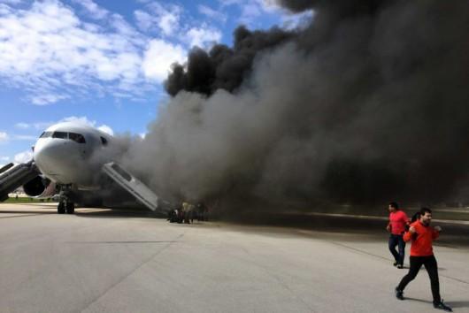 Floryda, USA - Na lotnisku zapalił się silnik samolotu pasażerskiego -5