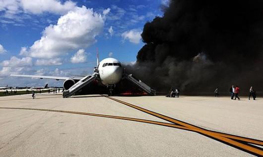 Floryda, USA - Na lotnisku zapalił się silnik samolotu pasażerskiego -6