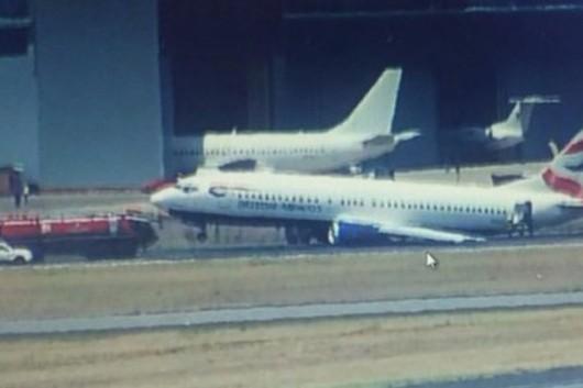Johannesburg, RPA - Podczas lądowania samolotu pasażerskiego British Airways odłamało się podwozie lewego skrzydła -2