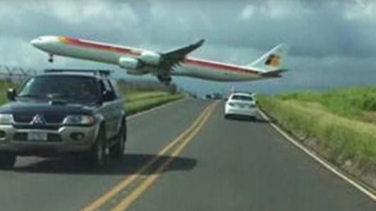 Kostaryka - Samolot przeleciał kilka metrów nad samochodami i głowami ludzi -2