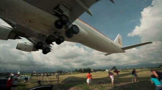 Kostaryka - Samolot przeleciał kilka metrów nad samochodami i głowami ludzi