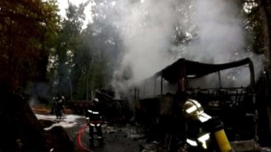 Puisseguin, Francja - Czołowe zderzenie autobusu z ciężarówką wiozącą drewno, zginęły 43 osoby, tylko 8 osób przeżyło -2