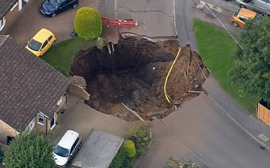 UK - Lej krasowy w St Albans, głęboki na 10 m, a szeroki na 20 m -2