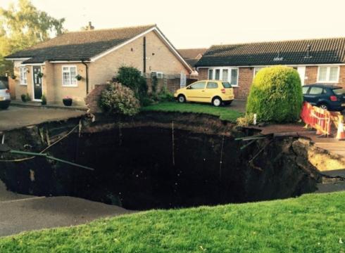 UK - Lej krasowy w St Albans, głęboki na 10 m, a szeroki na 20 m -3