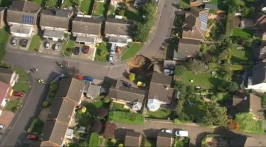 UK - Lej krasowy w St Albans, głęboki na 10 m, a szeroki na 20 m -4