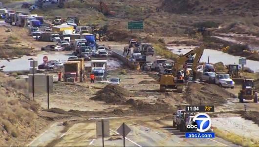 USA - Lawina błotna na pustyni Mojave zalała 5 km drogi ekspresowej nr 58 -1