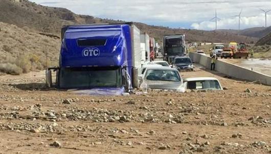 USA - Lawina błotna na pustyni Mojave zalała 5 km drogi ekspresowej nr 58 -10