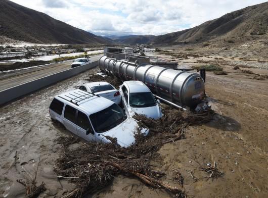 USA - Lawina błotna na pustyni Mojave zalała 5 km drogi ekspresowej nr 58 -2