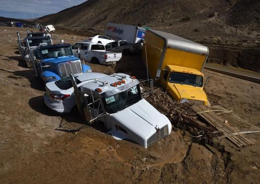 USA - Lawina błotna na pustyni Mojave zalała 5 km drogi ekspresowej nr 58 -3