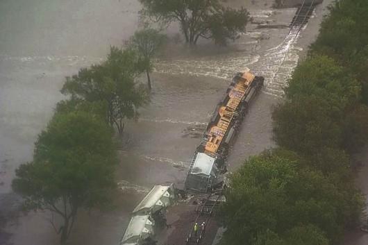 USA - W Teksasie woda podmyła tory i wykoleił się pociąg z 64 wagonami z cementem -2