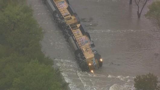 USA - W Teksasie woda podmyła tory i wykoleił się pociąg z 64 wagonami z cementem