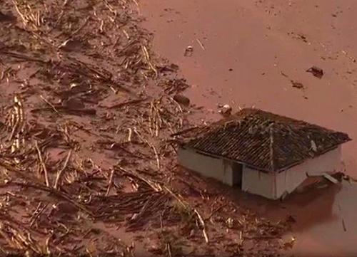 Bento Rodrigues, Brazylia - Puściła zapora górnicza i toksyczne odpady wraz z błotem zalały miasto -5